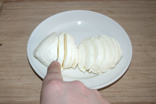 24 - Mozzarella in Scheiben schneiden / Cut mozzarella in slices