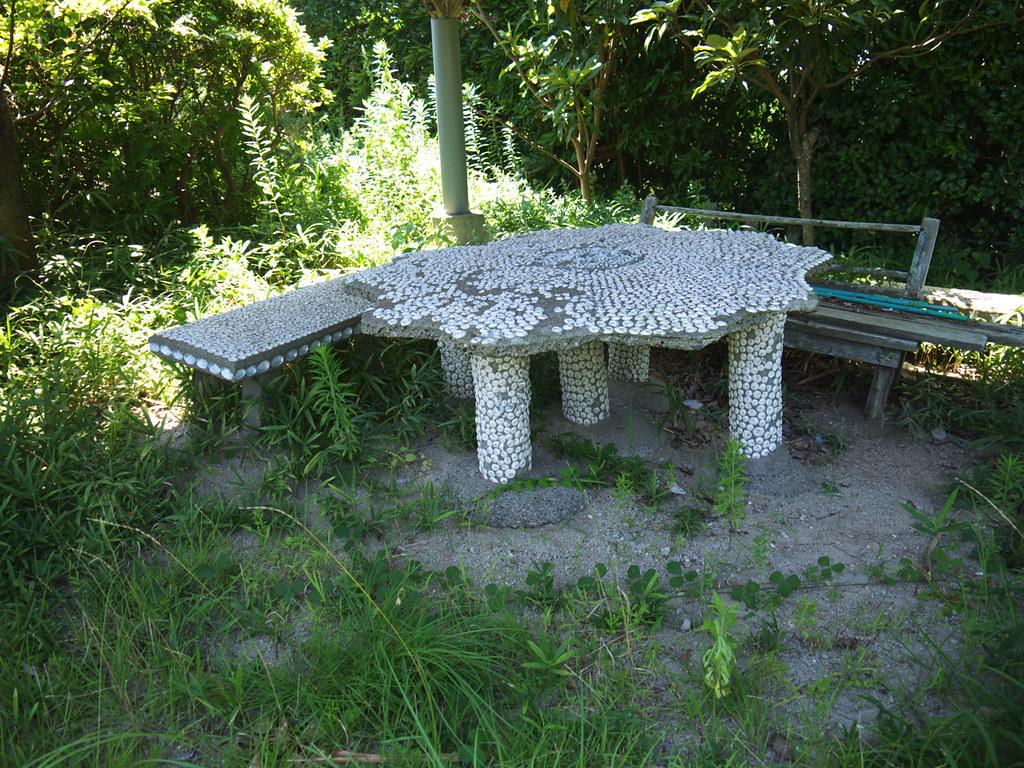 休憩所のテーブルとベンチも貝殻で覆われている
