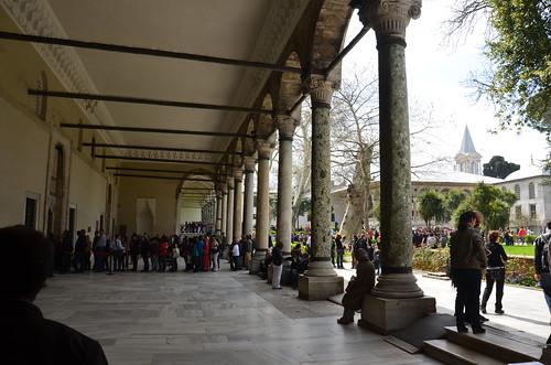 Vor den Galerieen der Museumsräume bilden sich Besuchersschlangen
