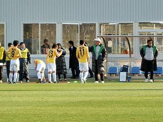 試合が止まった間に指示を出す川勝監督。集まった選手やその数からも如何に前線の状態が悪かったかが分かる。