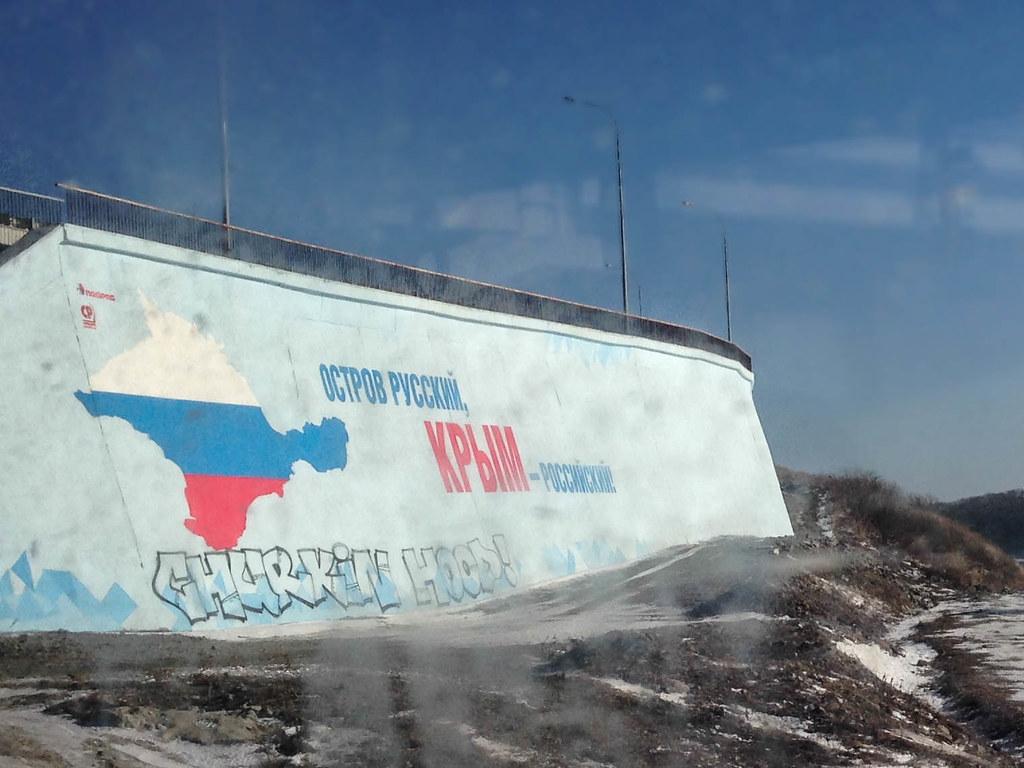 Wandbild am Kopf einer Brücke nahe der Insel Russkij.