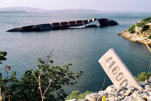 sea sign ship number greece shipwreck sunk elefsis 41600 dt1855mmf3556sam θάλασσα ναυάγιο πινακίδα ταμπέλα πλοίο καράβι νούμερο αριθμόσ ελευσίνα βυθισμένο