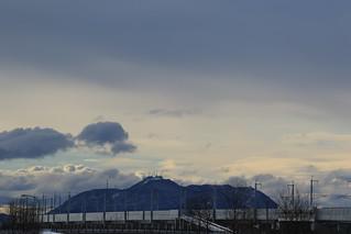 函館山と新幹線高架橋
