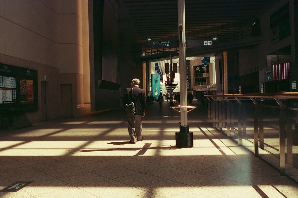 Queen's Square Yokohama, Japan / KONO! Kolorit / Nikon FM2 Queen's Square 是一段非常寬敞的走廊,一路通到港口。  那時候近中午吧,光線還滿漂亮的!  Nikon FM2 Nikon AI AF Nikkor 35mm F/2D KONO! Kolorit 400 Tungsten 6411-0024 2016/05/21 Photo by Toomore