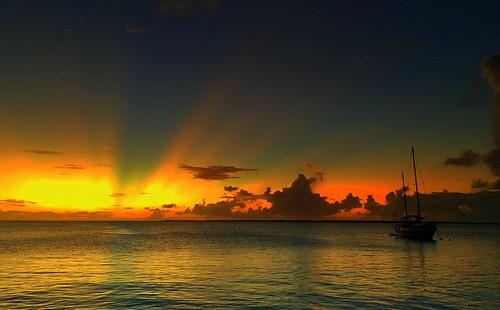 sunset clouds zonsondergang dusk bonaire sunbeams zeilschip sailship schemer kralendijk dutchcaribbean caribbeannetherlands caribischnederland