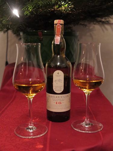 Lagavulin (Single Malt Scotch Whisky, 16 Jahre) unterm Weihnachtsbaum