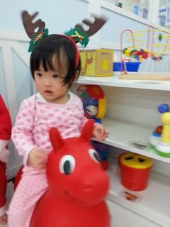 聖誕節的活動:大家扮成和聖誕節有關的造型,老師幫她扮了麋鹿裝