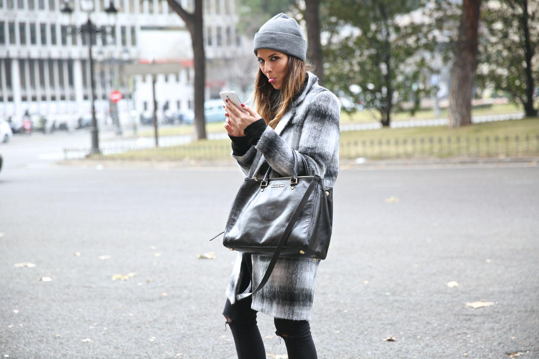 Look urbano con abrigo de cuadros, converse, gorro y pitillos negros