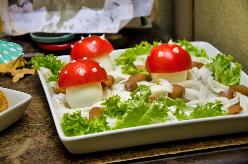 Im Wald: Tomate/Ei-Fliegenpilze im Blätterwald auf Reisnudelwürstchenboden