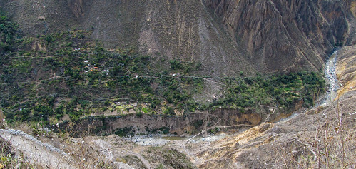 Trek du Cañon de Colca : de l'autre côté de la rivière, San Juan de Chuccho, où nous dormirons ce soir...