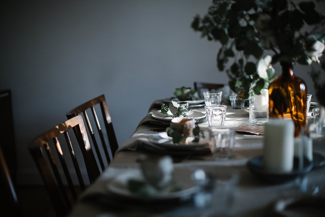 圣诞聚会:摆桌子
