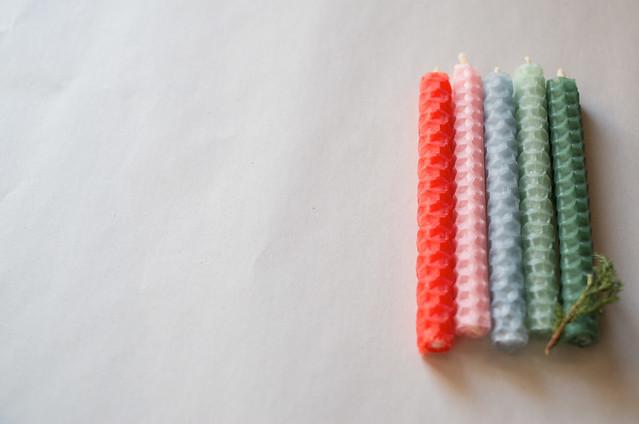 蜜蝋シートを手で巻いて作った5色の蜜蝋蝋燭 141228-23