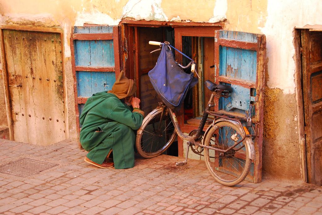 Bici, chilaba y ventana