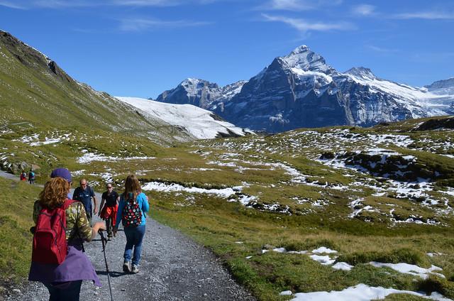 Caminando la ruta al Lago Bachalpsee rodeado de montañas en los Alpes de Suiza