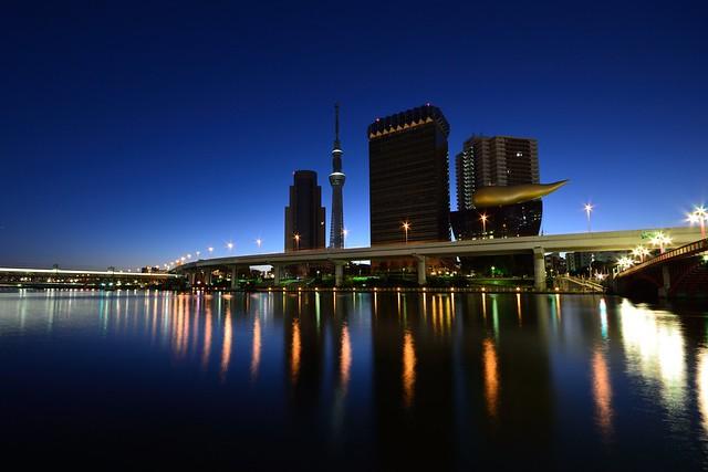 夜明け前の隅田川からスカイツリーとアサヒビール本社を撮影