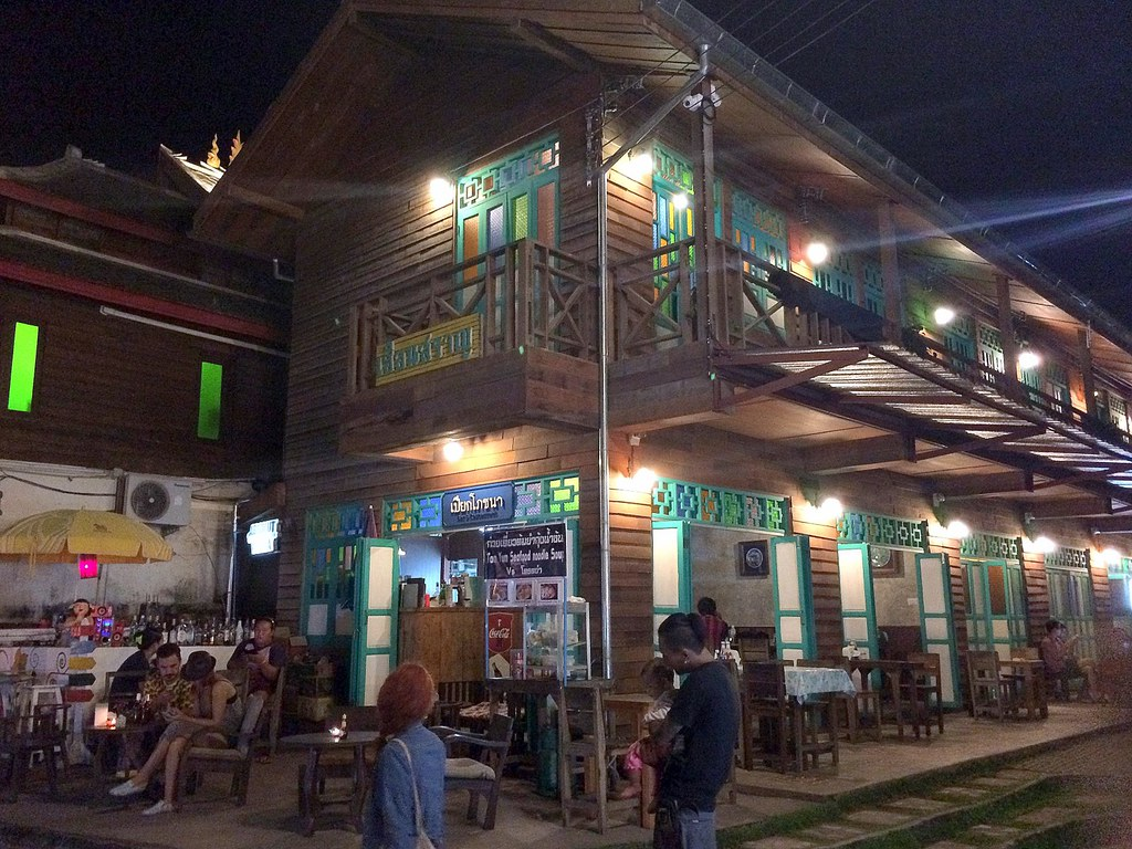 shopping and massage in Pai - night market