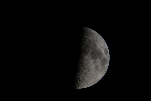 moon_3 自作の天体望遠鏡とカメラのDSC-RX100で撮影した半月の写真。