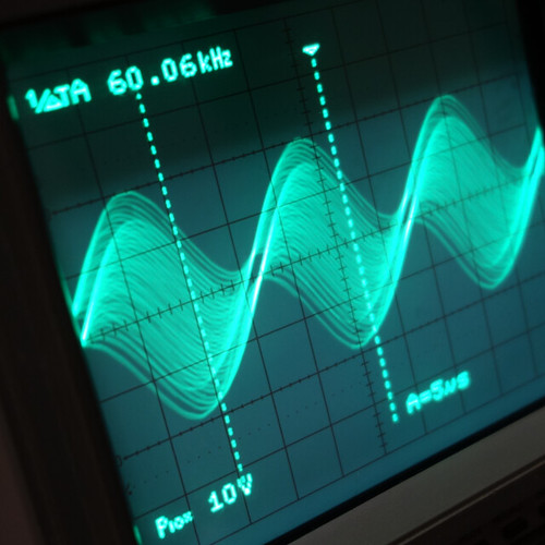 Oscilloscope_Old Network Switch Off_Subwoofer On_F60k_Pin5_1 オシロスコープの画面を撮影した写真。ノイズ波形が表示されている。
