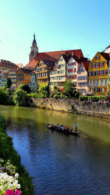 Am Donnerstag ist Stocherkahn Rennen und der ganze Neckar voller Holzboote
