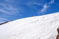 軽アイゼン着けて雪渓の斜面を登る