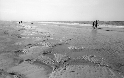 ocean summer film beach monochrome 35mm blackwhite sand surf afternoon northcarolina atlantic negative shore delta100 ilford emeraldisle xtol blancetnoir nikonf5 beachgoers tidalflats castnet boguebanks selfdev