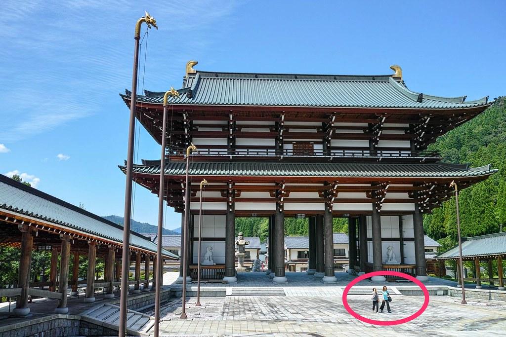 観光客と南大門の対比