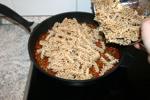 37 - Nudeln in Pfanne geben / Add noodles to sauce