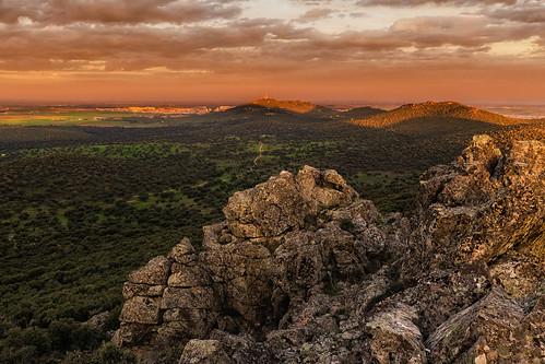 españa cliff naturaleza color horizontal arboles camino natural paisaje campo nublado montaña casas rocas dehesa nadie extremadura encinas caceres airelibre risco riscos sierradefuentes eduardoestellez estellez