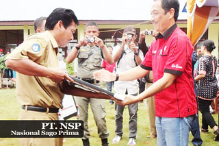 Jabat Tangan Serah Terima Bantuan PT. NSP
