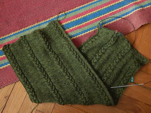 зеленый двусторонний шарф связано много