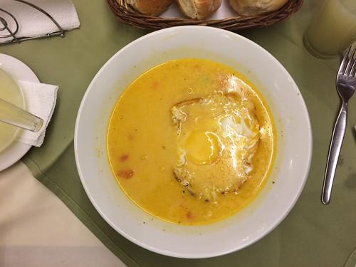 Trujillo: una chupe de pescado (soupe de poisson avec du riz, des petits pois, du maïs et un oeuf)