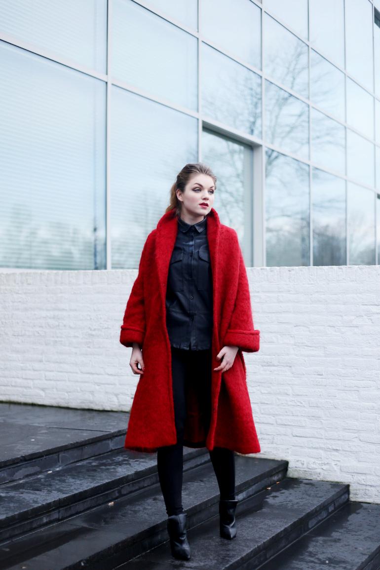 Mijn outfit met rode mantel en zwarte leather look blouse