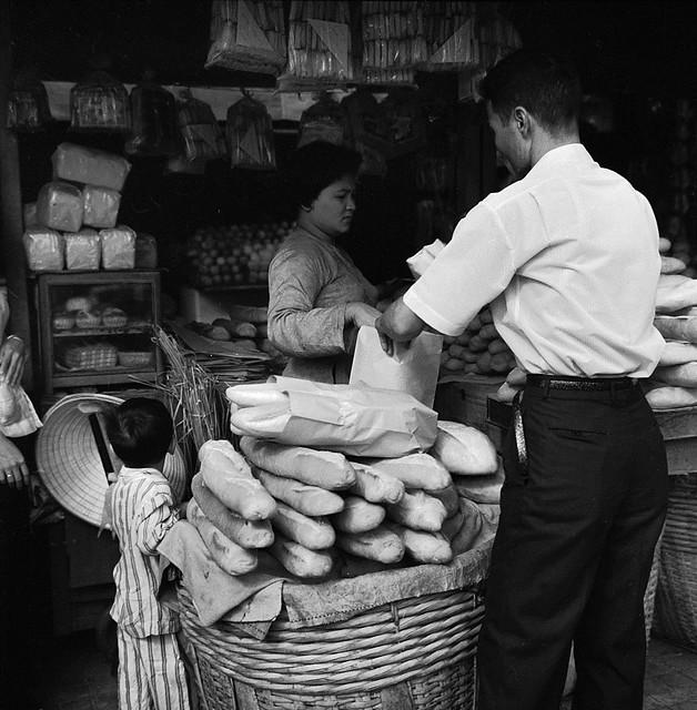 SAIGON 1962 - Bán bánh mì, Chợ Cũ