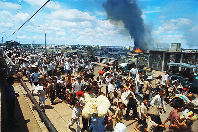 Saigon 1968 - Refugees Fleeing Their Burning Homes. Cầu Chữ Y