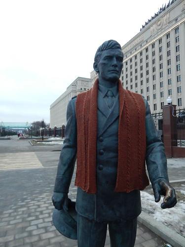 шарф на памятнике накинут