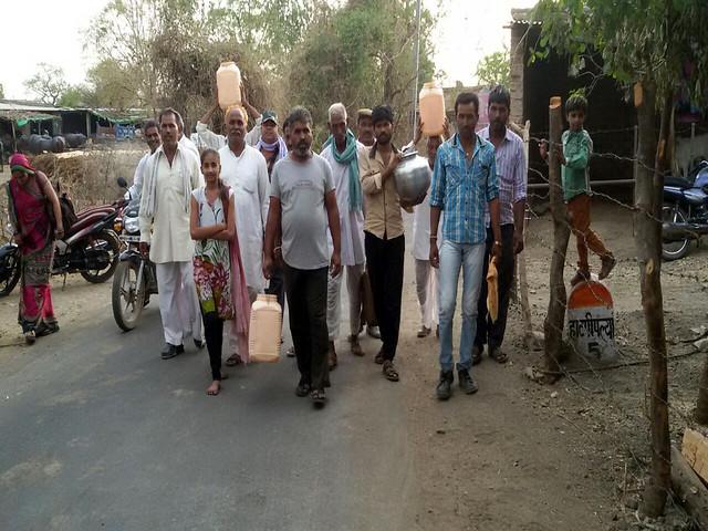 गाँव से बाहर जाते ग्रामीण किसान