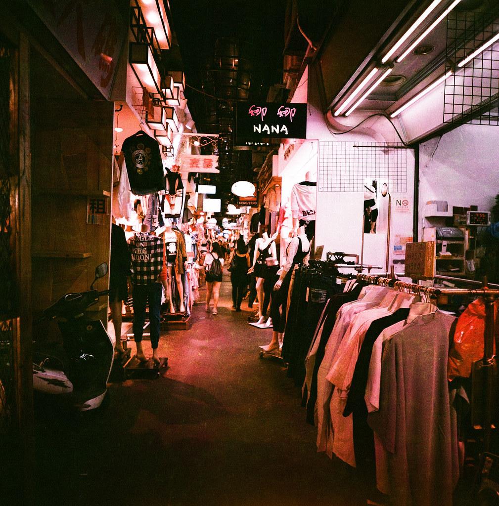 Taipei Daily, Taiwan / Lomo Slide XPro / Lomo LC-A 120 被我遺漏的一捲底片,這是我見過最詭異的顏色,應該不是我紀錄錯誤吧,但怎麼讓我覺得是 Lomo Purple 底片。  真是大吃一驚!  Lomo LC-A 120 Lomography Slide / XPro 200 ISO 120mm 2670-0010 2015-11-03 ~ 2015-11-04 Photo by Toomore