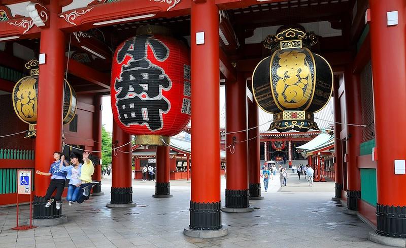 Posing in front of Asakusa inner gate