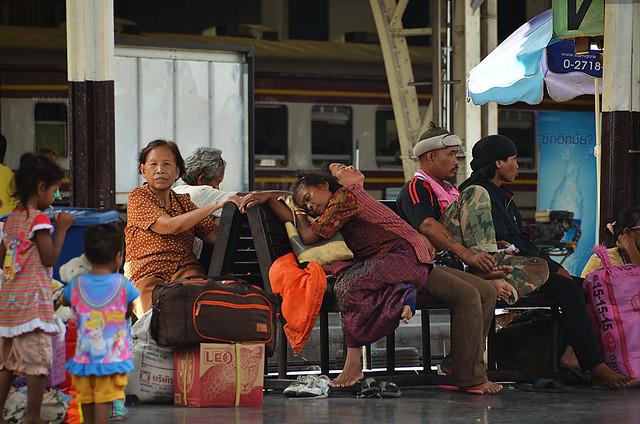 Gente esperando en la estación de trenes de Hua Lamphong en Bangkok