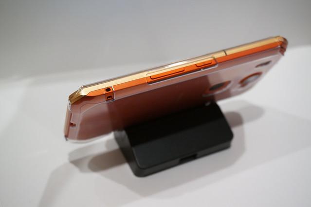 ケース用のアタッチメントを装着するとケースごと充電できる