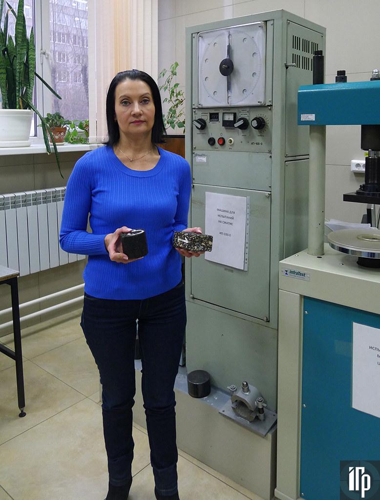 Наталья Цыщук показывает образцы