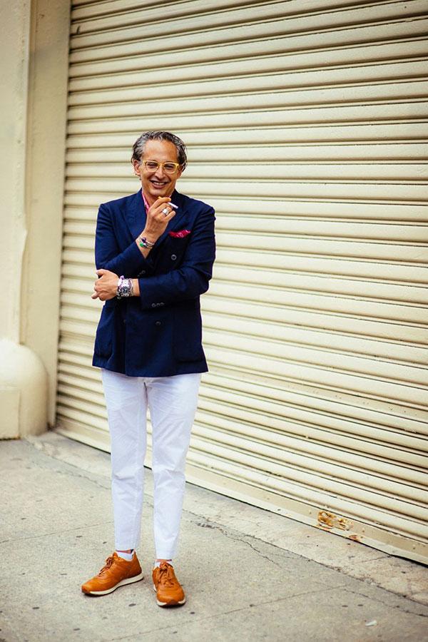 ネイビーダブルブレストジャケット×ピンクシャツ×白パンツ×キャメルニューバランス