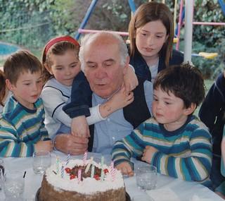 El artista y nietos. 2002