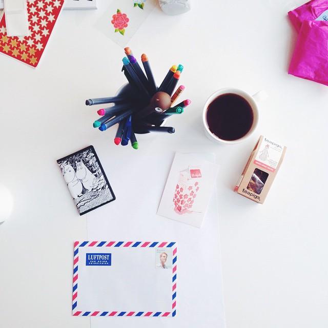 svarar på brev og drikk ei smaksprøve #teapigs snillingen frå yndlingsbutikken  @alletidershjem ga meg igår. fint å skrive på noko anna enn oppgåva iblant. ☕️💌