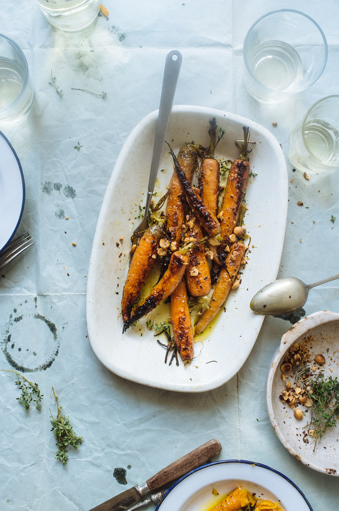 Cenouras assadas com tomilho, vinho branco e avelãs