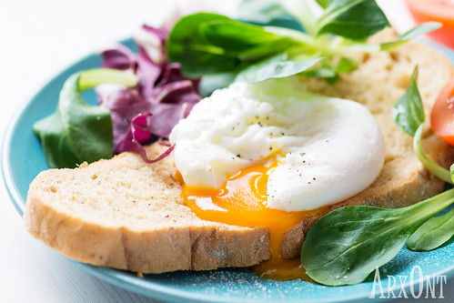 Whole wheat bread, poached egg and salad leaves