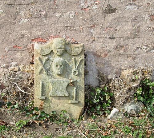 a skull gravestone