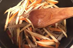 ごぼう、にんじんを加えて、油が回るまで炒めます