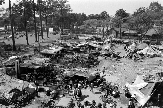 SAIGON 1968 - Trại tạm cư Ngã sáu Chợ Lớn trên sân trường  Chu Văn An