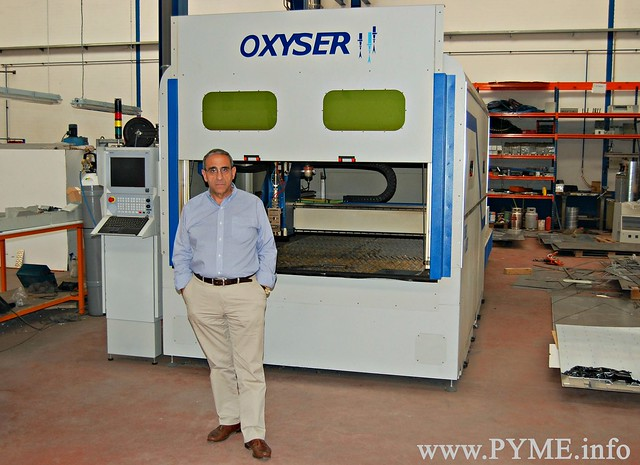 El fundador y gerente de Oxyser, Emilio González, junto a su última máquina diseñada por la empresa: cortadora de metal por láser fibra.